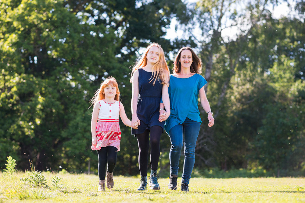 LIFESTYLE PORTRAIT MOTHER AND DAUGHTERS
